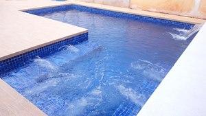 Piscina de Alvenaria com spa integrado e cascata embutida