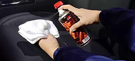 limpa couro spray aplicando